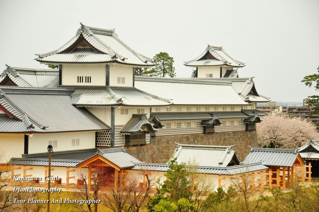 this huge castle complex used to Maeda Clan who ruled this area from 1583 until the end of Edo period