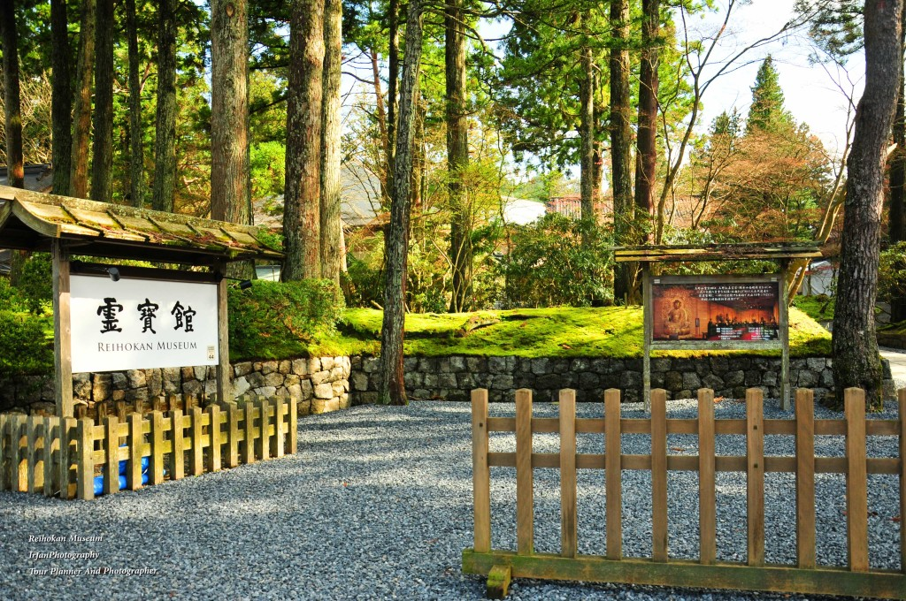 collects importants artifacts from temples in Mount Koya